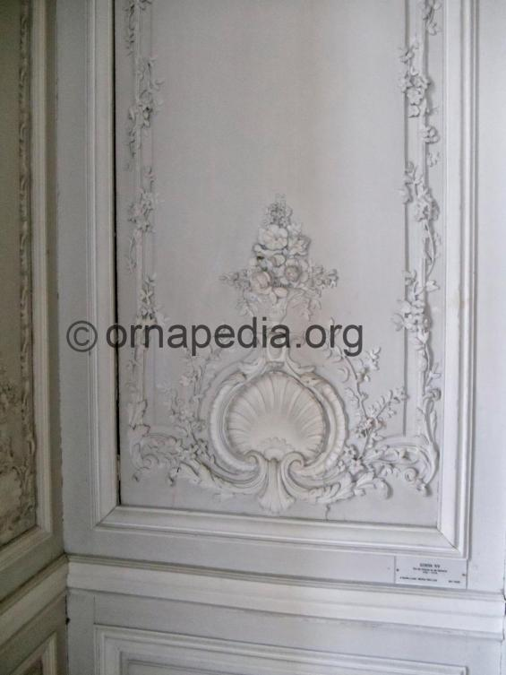Versailles shells acanthus and roses