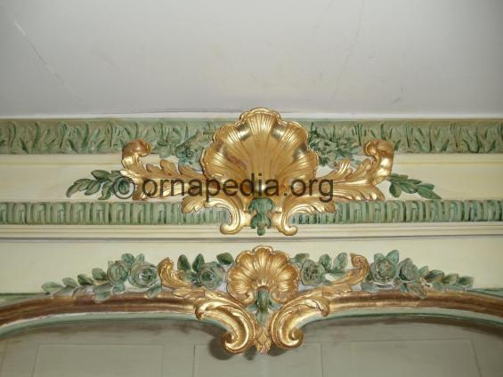 Versailles frame crest with shell